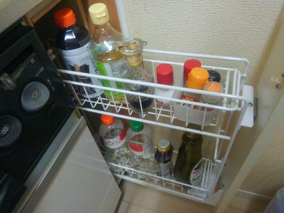 システムキッチンの引き出しに調味料収納例