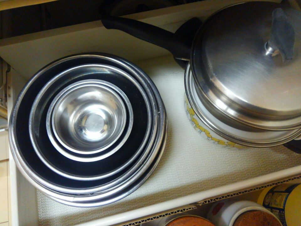 滑り止めシートの上に調理器具を収納
