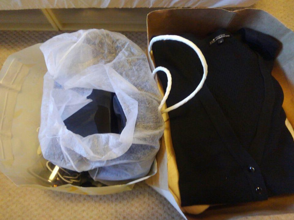 断捨離する服と装飾品の袋詰め