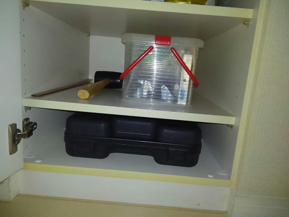 奥行き深めのクローゼットは2種類の棚板を組み合わせて、収納と使いやすさ改善する4