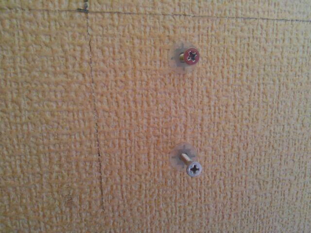 DIY石膏ボード用アンカーの使い方 壁にフックを取り付けたい!「思い切って石膏ボードに穴を開けてみよう!」3