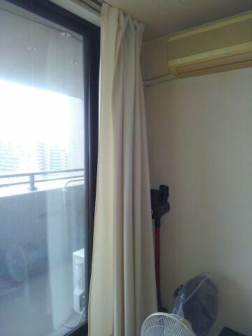 おこもりDIY カーテンタッセル用フックを取り付けて窓際スッキリ「80cmの位置にフックを取り付けます」1