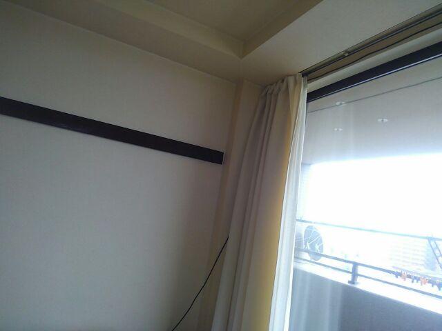おこもりDIY カーテンタッセル用フックを取り付けて窓際スッキリ「80cmの位置にフックを取り付けます」2