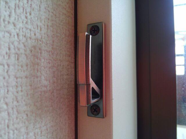 おこもりDIY カーテンタッセル用フックを取り付けて窓際スッキリ「80cmの位置にフックを取り付けます」4