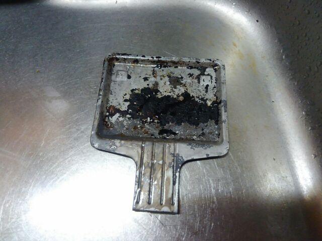 放置した頑固な油汚れ、簡単に落とすマジックリンの効果的な使い方「油汚れと焦げ付きが層になってる汚れは楽に落とせるのか?」5