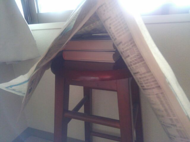 【DIY】窓下壁面、折り畳み式棚受けを利用したカウンター作り方3「今度こそ、棚板と棚受けを固定するよ!!」2