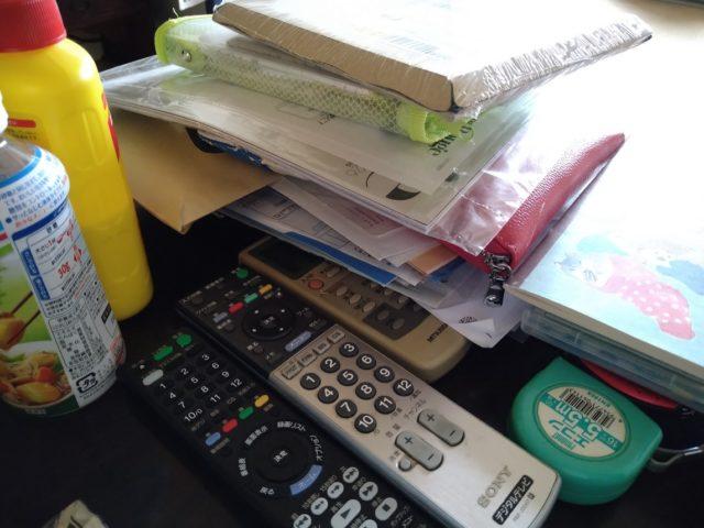 机やテーブルの上にモノを積み上げていく癖があり、上手に片付けられない